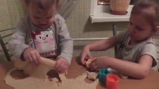 Мы готовим печенье / Ярослава со Стешей помогают маме готовить печенье / Как приготовить печенье