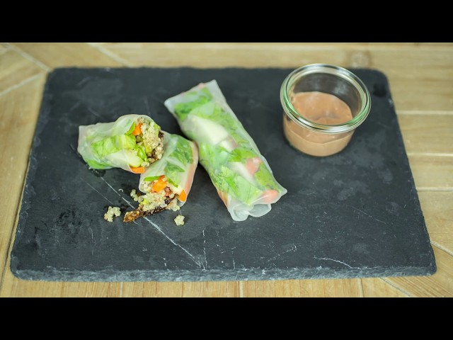 Rollitos de quinoa con salsa de frambuesas.