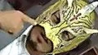 大阪プロレスのレスラー(左から、くいしんぼう仮面、ビリーケン・キッ...