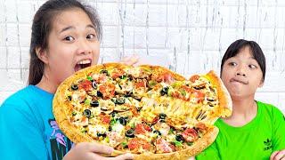Làm Bánh Pizza Thập Cẩm Siêu Bé ❤ Chia Sẻ Đồ Ăn Cho Nhau - Trang Vlog
