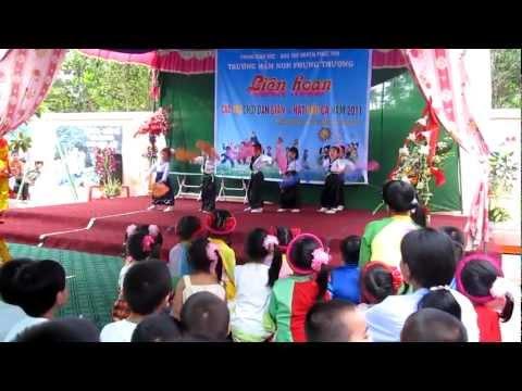 """Tốp ca múa bài """"Inh lả ơi"""" dân ca Thái"""
