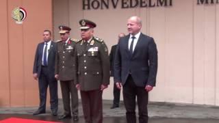 بالفيديو| وزير الدفاع يعود لمصر بعد زيارة رسمية للمجر