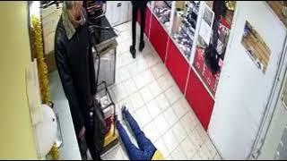 Смотреть видео дерзкая попытка ограбления ломбарда , Симферополь. Новости Россия онлайн