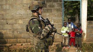 Франція обіцяє покарати солдатів, винних у секс-експлуатації дітей у ЦАР