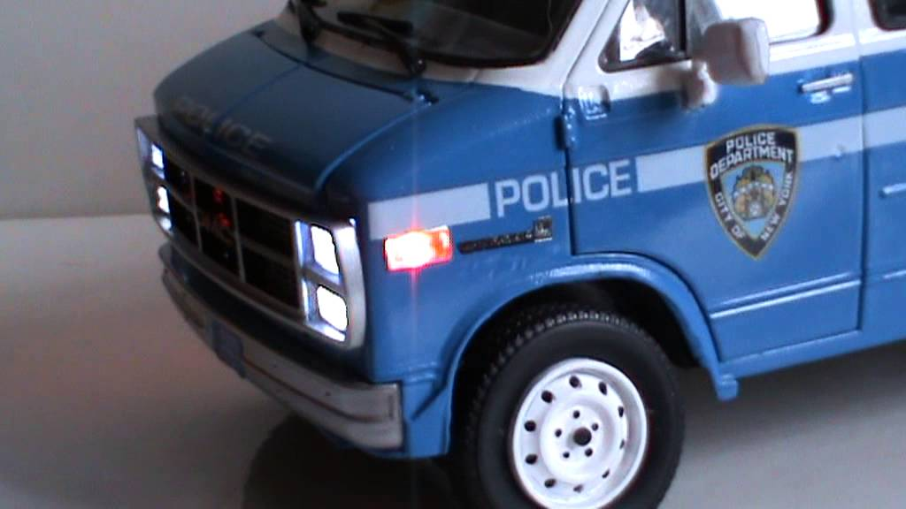 NYPD GMC VAN VANDURA WITH JETSONIC LIGHTBAR 1/18 scale ...