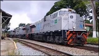 Trem de minério e graneleiro vazio passando em Juatuba