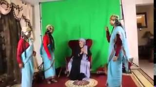 رقص بنات سودانيات حول الفنان الاماراتي يثير السخط mp4 crdownload
