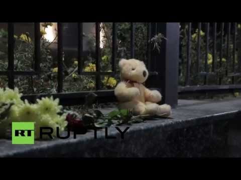 Украинцы несут цветы к посольству России в Киеве