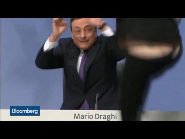 Mario Draghi, atacado con papeles y confetis por una joven a gritos