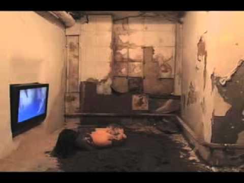 Miru Kim - goală printre porci