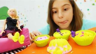 Кексы для БАРБИ - игрушки подружки Вики. Играем с кинетическим песком. Видео с игрушками для детей