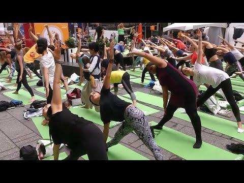 شاهد: سكان نيويورك يمارسون رياضة اليوغا في يومها العالمي …  - 16:53-2019 / 6 / 22