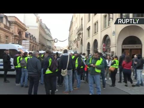 A Paris, les «gilets jaunes» mobilisés contre la hausse des prix du carburant