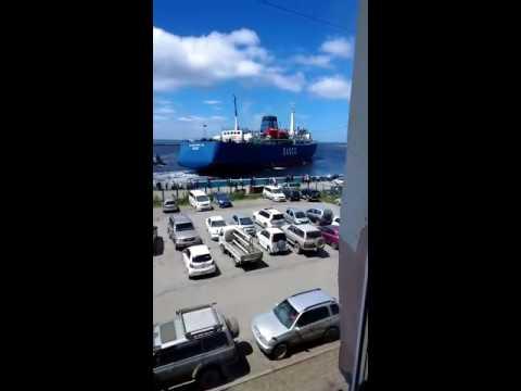 Паром Сахалин-9 на мели в порту Холмска