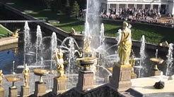 Pietarhovi klo 12, suihkulähteet avautuvat, Петерго́ф