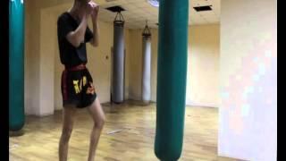 Фото Удары ногами и коленами на боксёрском мешке