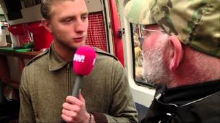 Gekkie valt Jan Versteegh aan tijdens het bestellen van soep