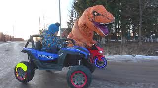 Динозавр залез на Трактор и Машинки Малыш помогает и кормит Динозавра