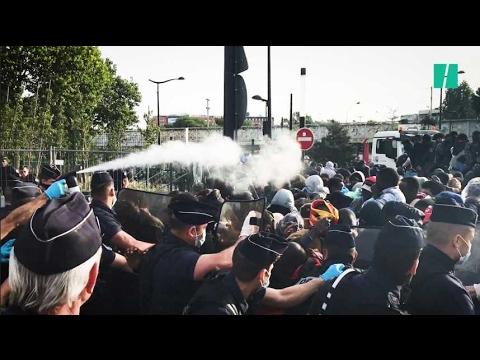 Les migrants repoussés par des gaz lacrymogènes devant le centre saturé de La Chapelle