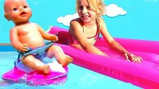 Alicia and the Doll play in the Pool  -    تلعب الدمية في البركة