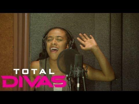 "Naomi and JoJo record ""Somebody Call My Momma"": Total Divas, Sept. 8, 2013"