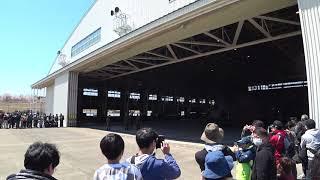 装備品展示の為格納庫からチヌークを移動させます。