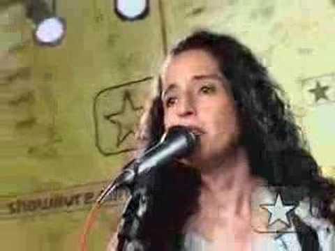 Fernanda Porto toca