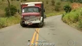 Batida entre caminhão e carro fere quatro pessoas