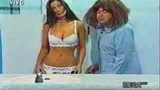 Repeat youtube video Che Copete y Marlen Olivari - El Baño