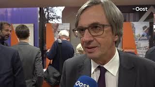 Duitse ambassadeur in Zwolle bij opening expositie over struikelstenen