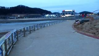 바닷물 빠진 꽃지해변의 할미, 할아비바위