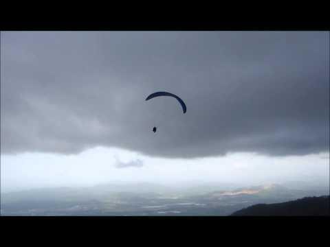 Indhira y Jonathan volando con Hawk Paragliding