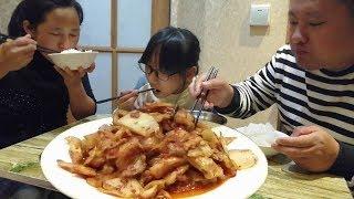 一盤辣白菜炒五花肉,下了三碗米飯,農村大哥一家吃的又快又香【農村大哥寒冰】
