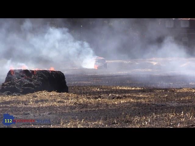 Strobalen vatten vlam tijdens het oogsten in Vorden