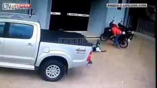 В Бразилии полицейский перед смертью застрелил двоих грабителей