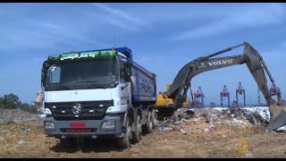 شاحنات بدأت برفع النفايات المكدسة في لبنان