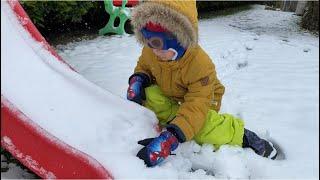 Fatih Selim kar oynuyor.Kırmızı motor kar olmuş,filli kaydırak karlar altında kalmış