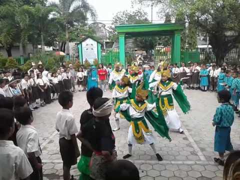 Mengenalkan budaya Indonesia melalui tari Manuk Dadali. SDN Kutorejo 1 Kertosono