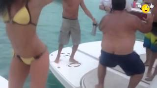 ПРИКОЛ! Толстый мужик учит танцевать девушку в купальнике на яхте