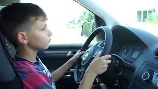 видео Ребенок за руле
