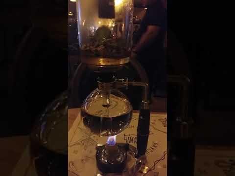 Заваривают чай в ресторане