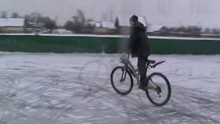 Наши будни №1-Дрифт на велосипеде по льду(Маленькое видео о том, как мы проводим часть своих будней и развлекаемся зимой! Смотрите наши плейлисты-https:/..., 2017-01-28T17:20:43.000Z)