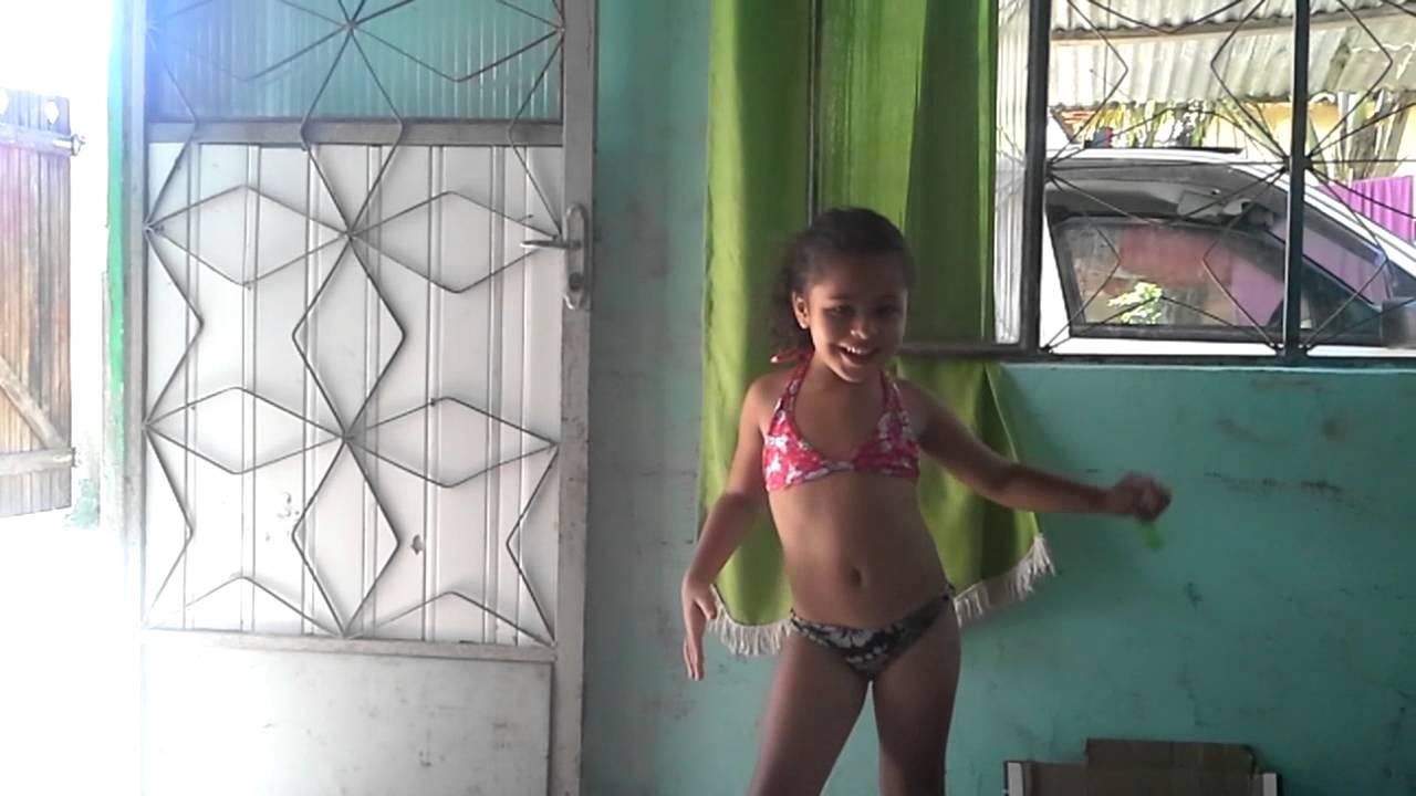 Criança dançando engraçado