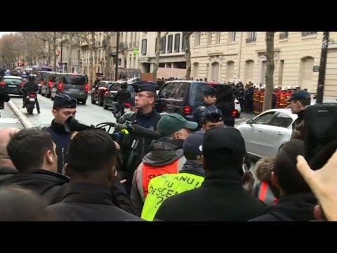 """""""Gilets jaunes"""": Macron hué près de l'Arc de Triomphe"""