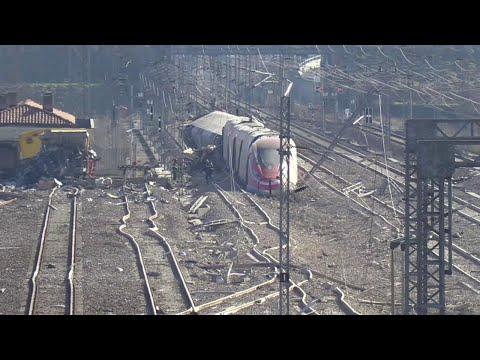 Treno deragliato a Lodi, i binari distrutti dopo l'incidente