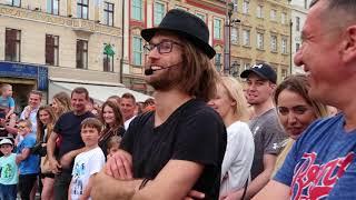 Maciej Kulhawik Król Wrocławia Błaznuje na Wrocławskim Rynku