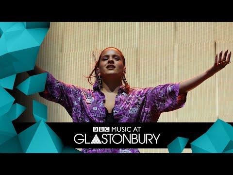 ROSAL�A - Aute Cuture (Glastonbury 2019)   FLASHING IMAGES