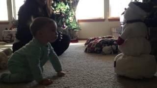 Une fillette s'attriste de la fonte d'un bonhomme de neige