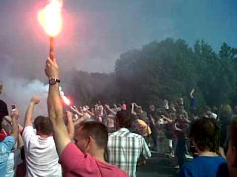 Uitzwaaien spelersbus FC Twente selectie 7 mei 2011