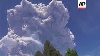 El volcán indonesio Sinabung expulsa una gran nube de ceniza